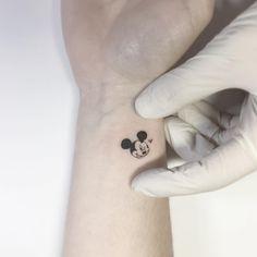 Mickey Mouse Tattoo am Handgelenk. Disney Tattoos Small, Cute Small Tattoos, Little Tattoos, Mom Tattoos, Cute Tattoos, Body Art Tattoos, Sleeve Tattoos, Tatoos, Tattoo Disney
