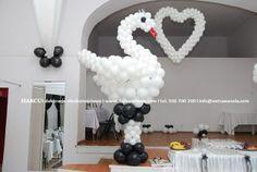 Łabędź z balonów na scenie