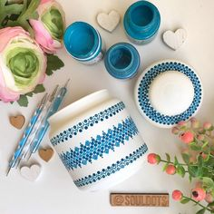 This kind of pottery making is truly a stunning style procedure. Dot Art Painting, Pottery Painting, Ceramic Painting, Painting Glass Jars, Bottle Painting, Glass Art, Glass Bottle Crafts, Bottle Art, Flower Pot Crafts