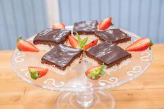 Kokosové řezy — Peče celá země — Česká televize Pavlova, Pudding, Recipes, Food, Custard Pudding, Essen, Puddings, Meals, Eten