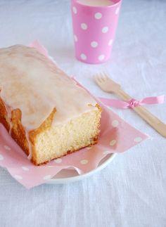 Fresh lemon pound cake / Bolo de limão siciliano by Patricia Scarpin, via Flickr