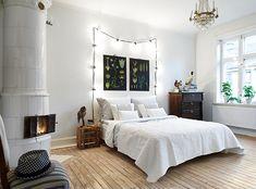 Bedroom with wooden floors mixed with dark furniture and white. Stadshem Fastighetsmäkleri via Keltainentalorannalla blog