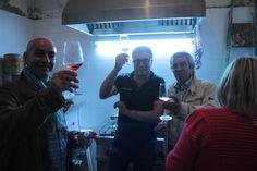Al centro della foto Alfredo Mennelli l'artefice di piatti a base di Cous Cous, farro, lenticchie. Le persone hanno talmente gradito che a fine serata hanno portato a casa ciò che é avanzato con tanta gioia.