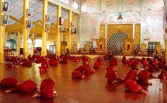 #Bago, #Myanmar. Bago to dawna stolica Królestwa Mon z pięknymi świątyniami i klasztorami. Wśród najważniejszych budowli należy wymienić najwyższą stupę w kraju, Shwemawdaw – Pagodę Złotego Boga, która ma 114 metrów wysokości i ponad 1000 lat.