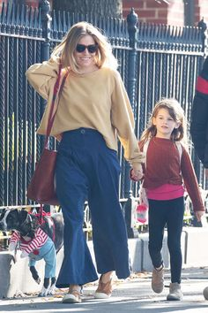 Celebrity winter outfits  Sienna Miller wearing blue trousers and beige top  Jeans-outfit Winter ce38430f11