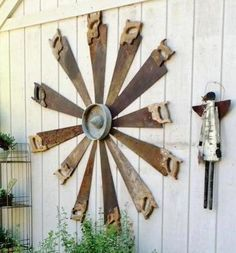 Garden art graphic with recycled tools. See how Katrina Lounsbury collected some hand saws to make a unique design to dress up her shed wall. Country Decor, Rustic Decor, Farmhouse Decor, Country Living, Country Charm, Farmhouse Design, Antique Decor, Vintage Decor, Antique Glass