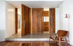 No hall, no banheiro, na cozinha e na escada - a madeira de demolição, com sua textura e cor característica aponta em nova versão