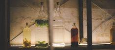Personalizar destilados y licores en casa con frutas, especias o hierbas aromáticas no solo es posible, sino también divertido, barato y perfecto para hacer un regalo muy especial. Narciso Bermejo de MaCeRa Taller Bar nos desvela los secretos del macerado doméstico.