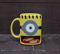Minion mug with cookie holder. 10 Outrageous Minion Products You Didn't Know Existed Pottery Painting, Ceramic Painting, Painted Ceramics, Painted Pottery, Painted Mugs, Minion Cookies, Minions Love, Minion Cup, Minion Stuff