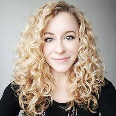 This is why your hair won't clump – Naturally Curly – Uñas Coffing Maquillaje Peinados Tutoriales de cabello Bob Haircut Curly, Curly Hair With Bangs, Haircuts For Curly Hair, Curly Hair Tips, Curly Hair Care, Long Curly Hair, Curly Hair Styles, Caring For Curly Hair, Bob Haircuts