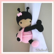 Lady Ladybug cortina tieback crochet PATTERN derecha o Crochet Double, Crochet Simple, Cute Crochet, Single Crochet, Crochet Hooks, Crochet Baby, Crochet Butterfly Free Pattern, Crochet Patterns Amigurumi, Amigurumi Doll