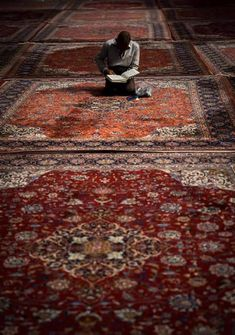 iranian shiite muslim man reading the koran in fatima al-masumeh mosque, Fars Province Alhamdulillah, Medina Mosque, Imam Hussain Wallpapers, Cute Cartoon Drawings, Love Quotes Wallpaper, Islamic Quotes Wallpaper, Islamic Paintings, Islamic Girl, Mekka