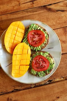 Garden of Vegan An Ataulfo mango and a sprouted grain English muffin topped with mashed avocado, sliced tomato and a sprinkle of salt. Healthy Vegan Breakfast, Healthy Meal Prep, Healthy Snacks, Healthy Eating, Healthy Sweets, Food Is Fuel, Food Goals, Aesthetic Food, Food Inspiration