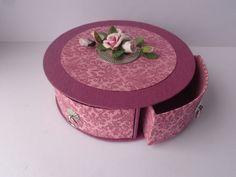 Coffret rond à tiroirs Matériel: carton de 2mm et 3mm d'épaisseur - cartonnette - papierfantaisie - skivertex -...