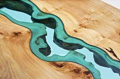 Mesa de madeira com um rio de vidro
