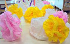 cappelli con i sacchetti di carta  e fiori di carta velina