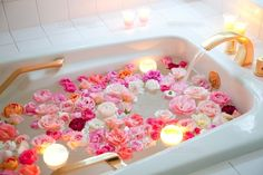 Flowers everywhere Home Decor Spiritual Bath, Floral Bath, Bath Art, Dream Bath, Lush Bath, Fall Scents, Relaxing Bath, Bubble Bath, Spa Day