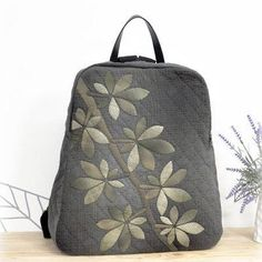 에고고 베낭은 언제나 시간 걸리네요.재밋는 잎사귀아플리케오래걸리는 퀼팅작업ㅎㅎ 퀼팅작업 끝나면 기대감에 가방형태는 그리 오래걸리지는 않네요.와우 만들고 나면 뿌듯함 너무 좋습니다. 작년부터 베낭을 부쩍 찾으시네요.올해도 베낭을 만들어 봅니다. 퀼트,퀼트베 Japanese Bag, Japanese Quilts, Japanese Fabric, Backpack Bags, Leather Backpack, Quilted Bag, Bag Making, Fabric Crafts, Quilt Patterns