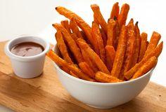 Préparation: 1. Préchauffez votre four à 200°. 2. Lavez, épluchez et coupez les patates douces en frites. 3. Dans un grand sac de congélation, versez les frites, l'huile de colza et le paprik…