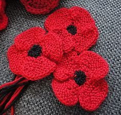 knit flat, no-sew poppy by Suzanne Resaul - This pattern is available as a free Ravelry download A poppy knit flat that looks like it was knit in the round. We made these for an art installation, not to wear.