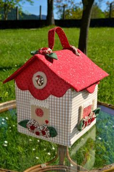 darling little fabric house - more inspiration than direction for me. Dyi Crafts, Felt Crafts, Diy Crafts For Kids, Paper Crafts, Diy Niños Manualidades, Felt House, Fabric Houses, Fabric Buildings, Sewing Box