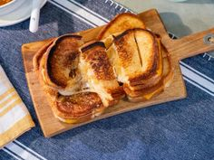 French Onion Grilled Cheese - Recipe from Food Network: Delicious Miss Briwn Food Network Recipes, Cooking Recipes, Cooking Tips, Grilled Cheese Recipes, Grilled Cheeses, Grilled Food, Grilled Sandwich, Steak Recipes, Seafood Recipes