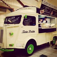 "@teta_frida's photo: ""Tetin pujs v Europarku, sladki vaflji in frozen yogurt #tetafrida #citroënhy #citroenhy #pujs #pig #wafflesticks #frozenyogurt"""