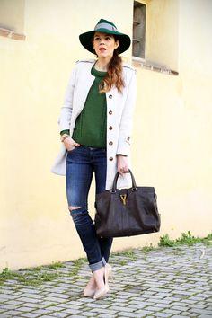 jeans strappati da solo cappotto bianco outfit look streetstyle ispirazione decollete nude maglione verde irene colzi irene s closet