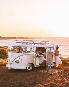 Sunset Road Trips with your picnic rug. Beautiful Capture sunset road trips with your picnic rug beautiful capture - Creative Vans Volkswagen Bus, Combi Hippie, Wolkswagen Van, Van Kitchen, Vw Caravan, Sunset Road, Vw Camping, Camping Packing, Camping List