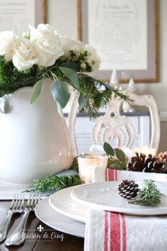 Come see how to create a classic Christmas table setting! Easy and elegant, we combined combined white roses, greenery and pine cones for a charming table! Fall Table Settings, Christmas Table Settings, Christmas Tablescapes, Christmas Candles, Holiday Tables, The Best Of Christmas, Modern Christmas, Christmas Home, Nordic Christmas