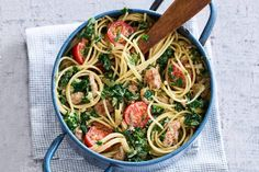 Een keer geen aardappel bij je boerenkool met worst, maar pasta. Een verrassing, maar o zo lekker! - Recept - Allerhande