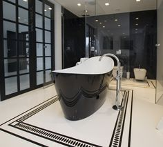 Czarno-biała łazienka wykonana z marmuru Nero Marquina oraz konglomeratu kwarcowego @technistone Crystal Absolute White. @imarpolska Black and white bathroom made of marble Nero Marquina and Technistone quartz agglomerate Crystal Absolute White.