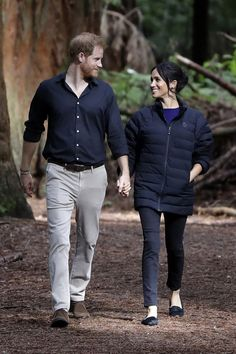 Meghan Markle and Prince Harry are on a royal tour through Australia, Fiji, Tonga, and New Zealand. We tracked all the outfits the Duchess of Sussex has worn so far and the total cost of her royal tour wardrobe. Prince Harry Et Meghan, Princess Meghan, Harry And Meghan, Real Princess, Meghan Markle Stil, Estilo Meghan Markle, Pippa Middleton, Camilla Parker Bowles, Meghan Markle Instagram