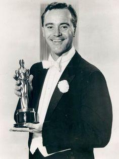 Jack Lemmon posando con su Oscar como mejor actor en 'Salvad al tigre' (John G. Avildsen, 1973)