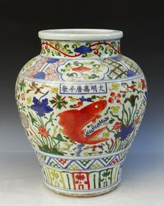 A Chinese Ming Wu Cai Porcelain Fishes Pot : Lot 197