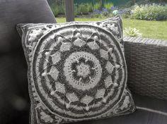 Sophie's Garden in Ebony & Ivory, see link in post to free crochet pattern   It's All in a Nutshell