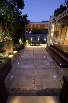 Las luces empotradas de piso, en tonalidad blanca, le otorgan a los espacios exteriores un toque de elegancia, haciendo que tu patio o terraza luzca más segura.