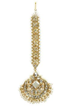Featuring a kundan maang tika with pearls patti and baby pearls droplets Latest Jewellery Trends, Jewelry Trends, Jewelry Accessories, Gold Jewellery Design, Gold Jewelry, Fashion Jewelry, Gold Fashion, Fashion Necklace, Baby Pearls