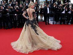 """Atriz e modelo Hofit Golan desfila pelo tapete vermelho na cerimônia de abertura e apresentação do filme """"La tête haute"""", durante a 68ª edição do Festival de Cannes"""