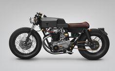 Le customer indonésien Thrive Motorcycle, basé à Jakarta, est à l'origine de cette magnifique réalisation sur une base de Yamaha XS650.  Le design est inspiré d'un poêle à bois avec un dessin anguleux et une finition en émail noir charbon. Tout a été réalisé à la main, le bras oscillant a été rallongé, on aime plus particulièrement le réservoir et le garde-boue arrière flottant.