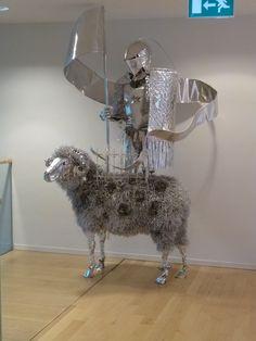 Hier is een ridder op een schaap te zien. de ridder bereid het schaap... of berijd hij het schaap?