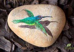 E não existe uma Flor, que não se renda a um Beija-Flor. (Torsh) Novidade em Pedra Pintada! #ECOLOJA #BeijaFlor #Decoraçaocompedra…