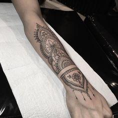 polynesian tattoos circle back Arm Cuff Tattoo, Forearm Mandala Tattoo, Forearm Sleeve Tattoos, Mandala Tattoo Design, Henna Tattoo Designs, Henna Arm Tattoo, Mandala Tattoo Sleeve, Henna Style Tattoos, Body Art Tattoos