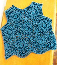A regata cropped Azul petróleo de hexágonos foi feita em crochet com fio de linha fina branca. Tamanhos 40\42.