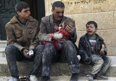 Un padre sostiene a su bebé salvado de debajo de los escombros, que sobrevivió a lo que los activistas dicen que fue un ataque aéreo de las fuerzas leales al presidente sirio Bashar al-Assad en Masaken Hanano en Alepo. REUTERS/Hosam Katan