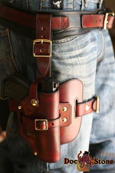 Drop thigh holster no belt. Knife Holster, 1911 Holster, Pistol Holster, Tactical Holster, Cowboy Holsters, Custom Leather Holsters, Leather Working Patterns, Knife Sheath, Leather Projects