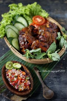 Indonesian Food Indonesian cuisine is one of the most vibrant and colourful cuisines in the world, full of intense flavour. Meat Recipes, Asian Recipes, Chicken Recipes, Cooking Recipes, Malaysian Cuisine, Malaysian Food, Carne Asada, Dining Menu, Malay Food