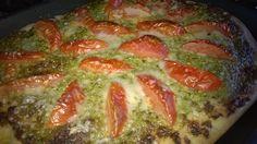 pizza con farina di farro 100%, pesto di zucchine e pomodoro fresco
