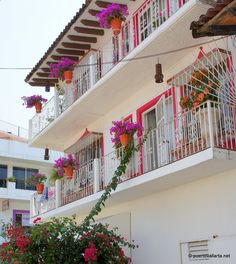 Casas en en centro de Vallarta ¡qué colores! / Downtown homes, great colors, no?  www.puertovallarta.net  #vallarta #puertovallarta #mexico