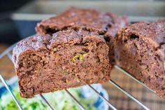 Chocolade courgette brood met speltmeel uit Gezond Bakken van Amber Alberda http://www.lekkertafelen.nl/recepten/gezond-lunchen/chocoladebrood-met-courgette/